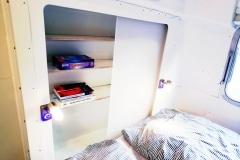 Airstream Tiny House Schlafzimmer Bett Regal mit Schiebetüren LED Beleuchtung