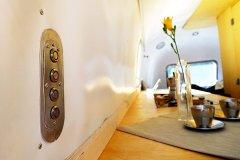 Glamping Airstream Wohnwagen Vermietung Innen Detail Küche Taster