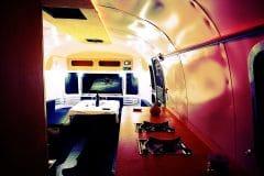 Glamping Airstream Wohnwagen Vermietung Innen Lounge Küche LED