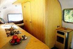 Glamping Airstream Wohnwagen Vermietung Innen Küche Bad