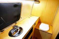 Glamping Airstream Wohnwagen Vermietung Innen Komposttoilette Bad
