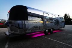 Airstream Mobile Gastro Stage Bühne Bar außen rechts Unterbodenbeleuchtung LED Event Marketing Roadshow 1