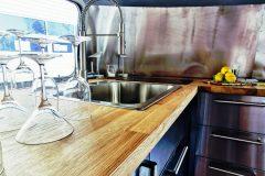 Airstream Gastro Stage Innen Küche Gläser Wachbecken