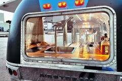 Airstream Mobile Gastro Stage Bühne Bar Innen Nacht Küche Heck Event Marketing Roadshow