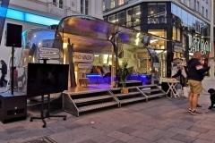 Airsream Mobile Stage Bühne Wien Mariahilfer Straße Abend