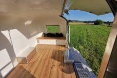 Airstream-Safari-Klappe-Stehtisch-Interieur-1