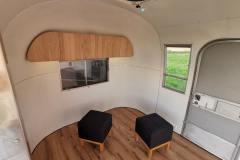 Airstream-Safari-Klappe-Stehtisch-Interieur-12