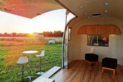 Airstream-Safari-Klappe-Stehtisch-Interieur-15