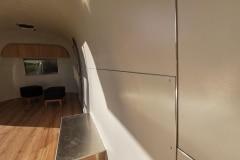 Airstream-Safari-Klappe-Stehtisch-Interieur-8