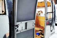 Airstream Safari Mobile Stage Umbau Restauration Tür fertig