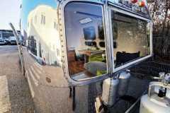 Airstream Tiny Home Kaufen Verkauf Wohnwagen Hochglanz poliert Aluminium restauriert Fenster Front links 1