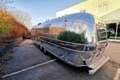 Airstream Tiny Home Kaufen Verkauf Wohnwagen Hochglanz poliert Aluminium restauriert Heck links
