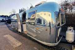 Airstream Tiny Home Kaufen Verkauf Wohnwagen Hochglanz poliert Aluminium restauriert rechte Seite vorne