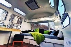 Airstream-Tiny-Home-Kaufen-Verkauf-Wohnwagen-Sitzecke-Couch-Tisch-Fenster-scaled