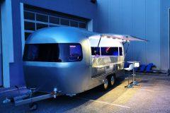 Foodtrailer ETY6 Airstream Lookalike Klappe Gastro Theke außen Nacht total 2