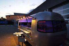 Foodtrailer ETY6 Airstream Lookalike Klappe Gastro Theke außen Nacht total 4