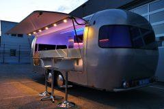 Foodtrailer ETY6 Airstream Lookalike Klappe Gastro Theke außen Nacht total 5