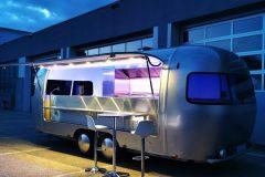 Foodtrailer ETY6 Airstream Lookalike Klappe Gastro Theke außen Nacht total hochformat