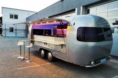 Foodtrailer ETY6 Airstream Lookalike Klappe Gastro Theke außen total 3