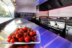 Foodtrailer-ETY6-Airstream-Lookalike-Front-Klappe-Gastro-Theke-Edelstahl-Innenraum-scaled