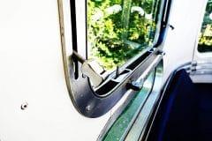 Glamping Airstream Vermietung Innen Detail Fenster Aussteller