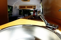 Glamping Airstream Vermietung Innen Detail Küche Wasserhahn