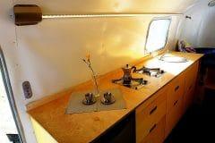 Glamping Airstream Wohnwagen Vermietung Innen Küche