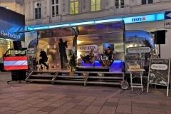 Airsream Mobile Stage Bühne Wien Mariahilfer Straße Kabarett Abend