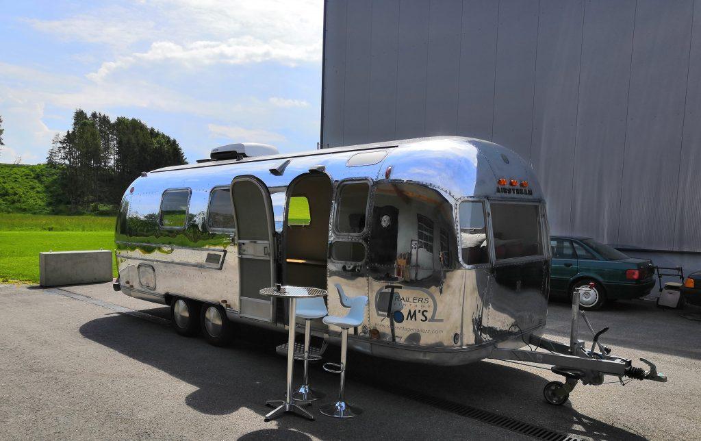 Airstream Mobile Lounge Mieten Vermietung Hochglanz Türseite