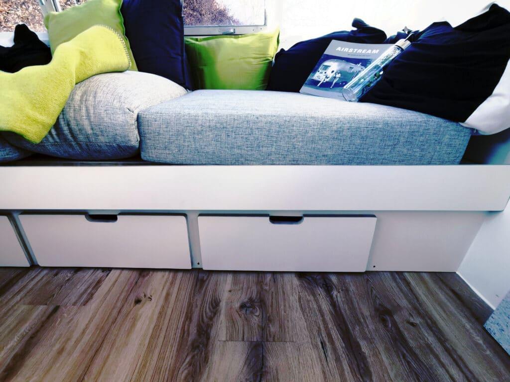 Airstream Living Tiny Home Kaufen Verkauf Wohnwagen Stauraum Couch