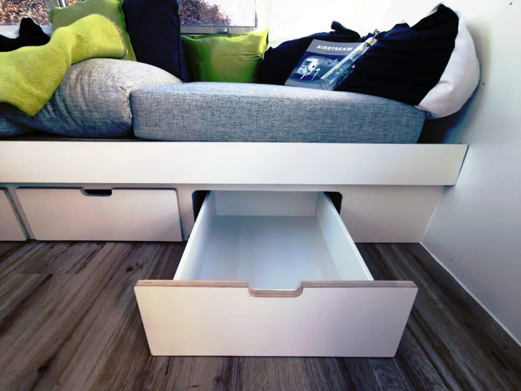 Airstream Living Tiny Home Kaufen Verkauf Wohnwagen Stauraum Couch offen