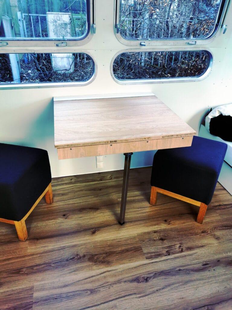 Airstream Tiny Home Kaufen Verkauf Wohnwagen Sitzecke Couch Tisch Fenster