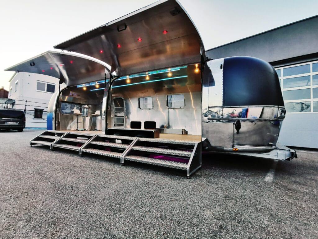 Airstream Mobile Gastro Stage Bühne Bar außen Klappen offen Event Marketing Roadshow