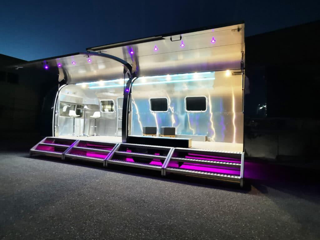 Airstream Mobile Gastro Stage Bühne Bar außen Nacht Event Marketing Roadshow 7