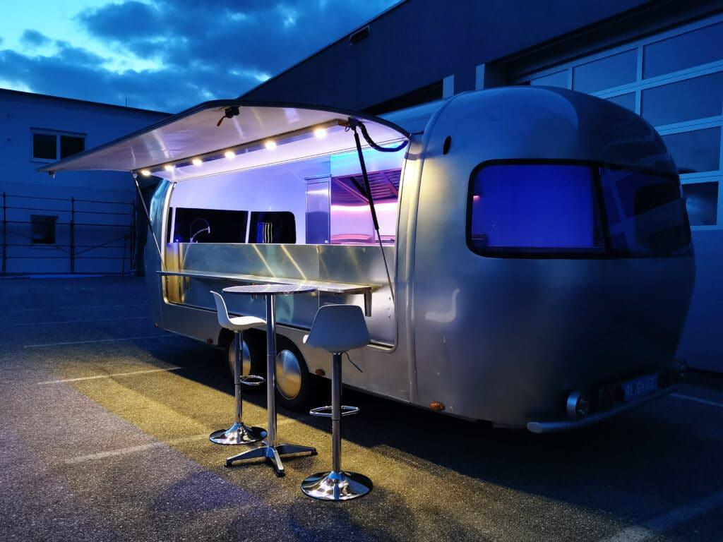 Foodtrailer ETY6 Airstream Lookalike Klappe Gastro Theke außen Nacht total