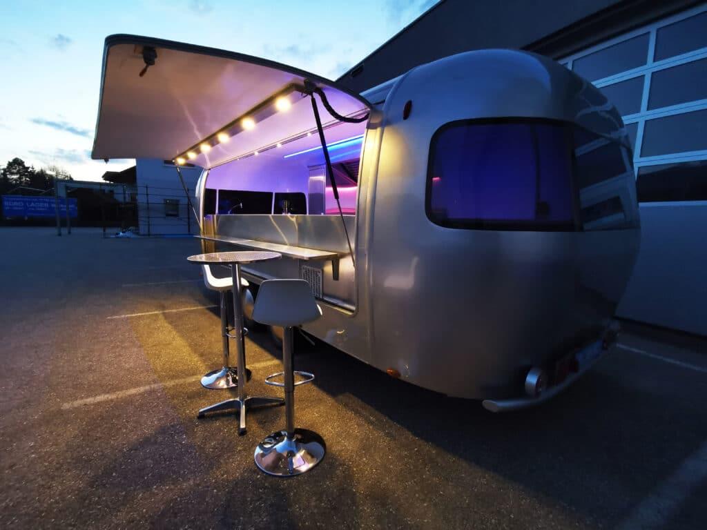 Foodtrailer ETY6 Airstream Lookalike Klappe Gastro Theke außen Nacht total 3